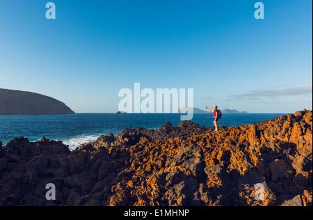 Frau, Wandern auf der Insel La Graciosa, Lanzarote, Kanarische Inseln, Lanzarote, Spanien, Europa. - Stockfoto