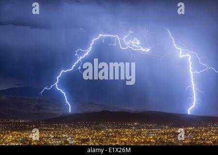 Blitz bei einem Gewitter über der Stadt Cochabamba, Bolivien - Stockfoto