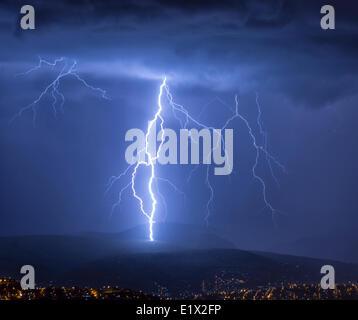 Der Blitz während eines Gewitters über der Stadt Cochabamba, Bolivien. - Stockfoto