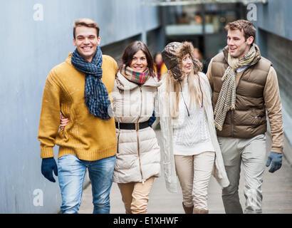 Glückliche Freunde gehen zusammen in der Spur - Stockfoto