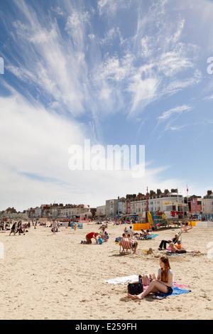 Leute, Sonnenbaden am Strand von Weymouth, im Sommersonnenschein, Weymouth, Dorset England UK - Stockfoto