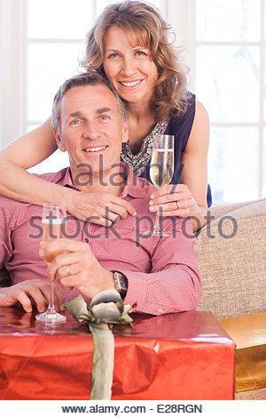 Paar, trinken Champagner in der Nähe von Weihnachtsgeschenke - Stockfoto