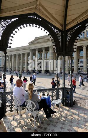 Deutschland, Baden-Württemberg, Stuttgart, Schlossplatz (Schlossplatz), Leute sitzen in einem Pavillion - Stockfoto