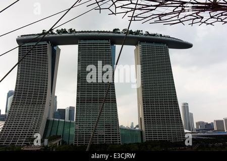 Marina Bay Sands Hotel betrachtet von Supertree Grove Gardens By The Bay. - Stockfoto