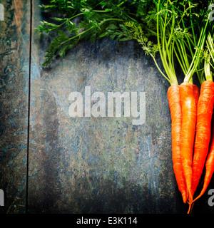 frische Karotten Haufen auf Holz - Stockfoto