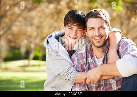 Porträt von Vater und Sohn In Landschaft - Stockfoto