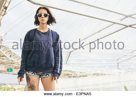 Hipster-Teenager-Mädchen in Sonnenbrille mit tattoo - Stockfoto
