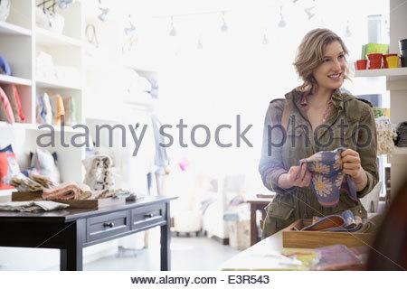 Frau Stoff im Shop betrachten - Stockfoto