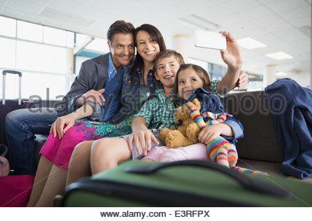 Familie nehmen Selfie in Flughafen - Stockfoto