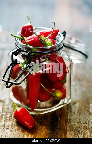 Red Hot Chili Peppers über hölzerne Hintergrund - Stockfoto