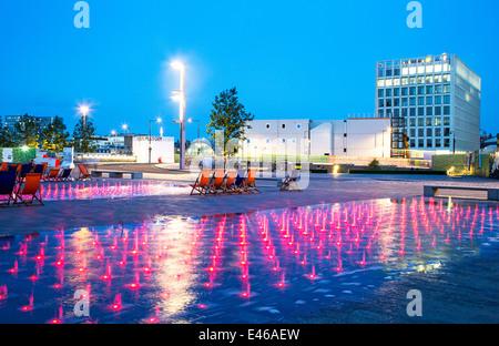 Farbige Brunnen Lichter in der Nacht Granary Square Kings Cross London UK - Stockfoto