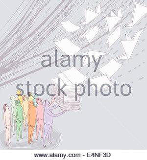 Gruppe von Menschen beobachten Papierstapel wegfliegen und verwandeln sich in Origami-Kraniche - Stockfoto