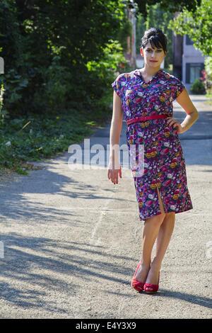 Junge Frau in Gasse - Stockfoto