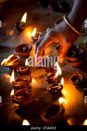 Brennende Kerzen im indischen Tempel. Diwali-das Fest der Lichter. - Stockfoto