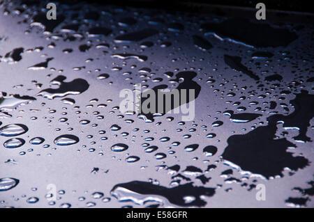 Wasser gesammelt auf einem Grill nach starker Regen fallen - Stockfoto