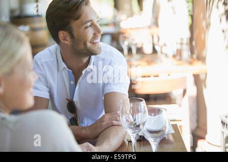 Paar sitzen zusammen im restaurant - Stockfoto