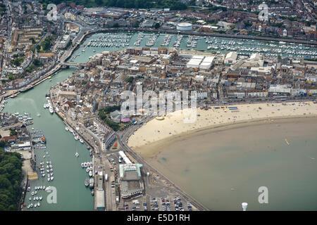 Einen breiten Blick am Strand von Weymouth zeigt die Stadt und Marina in Dorset, Großbritannien. - Stockfoto