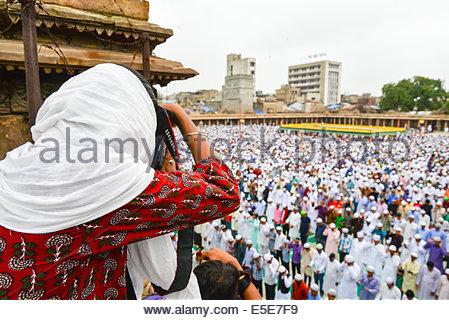 Jama Masjid, Ahmedabad, Indien. 29. Juli 2014. Muslime feiern Eid al-Fitr, das Ende des Fastenmonats Ramadan markiert, - Stockfoto