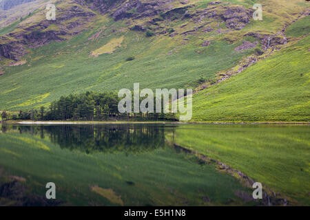Vor der Morgendämmerung Reflexionen über Buttermere-See, Cumbria, Lake District, England - Stockfoto