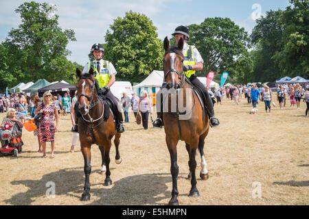 Polizei Reitern patrouillieren Gelände zu Blumenschau Sandringham, Norfolk, England UK - Stockfoto
