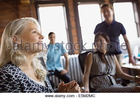 Lächelnde Geschäftsfrau in treffen - Stockfoto