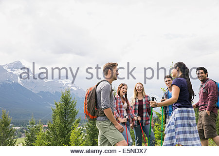 Freunde in der Nähe von Bergen wandern - Stockfoto