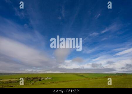 Wolkenbildung gegen blauen Himmel und grünen Wiesen an einem klaren sonnigen Tag in der englischen Landschaft in - Stockfoto