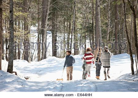 Vier Freunde Wandern im Schnee, Rückansicht - Stockfoto