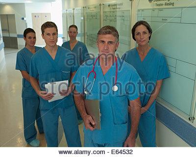 Team von Chirurgen im Krankenhausflur - Stockfoto
