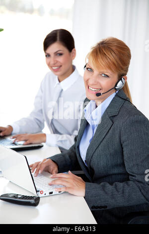 manager und f hrungskr fte mit headsets die mit dem computer stockfoto bild 65874895 alamy. Black Bedroom Furniture Sets. Home Design Ideas