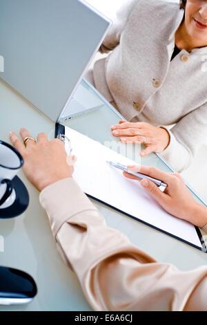 Büro, Arbeitsplatz, Meeting, Konversation, Business-Frau - Stockfoto