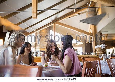 Frauen zusammen im Restaurant Essen - Stockfoto