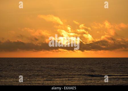 Sonnenuntergang über dem Meer in El Golfo, Lanzarote, Kanarische Inseln, Spanien - Stockfoto