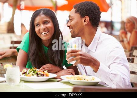 Paar genießt Mittagessen im Restaurant unter freiem Himmel - Stockfoto