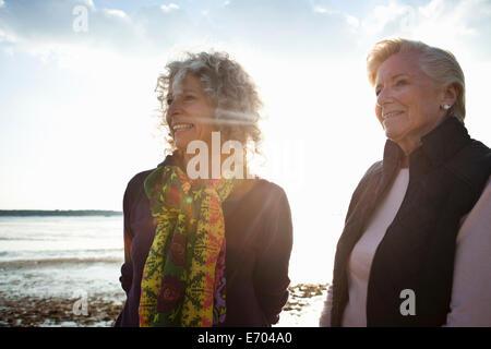 Mutter und Tochter, die Aussicht auf Strand - Stockfoto