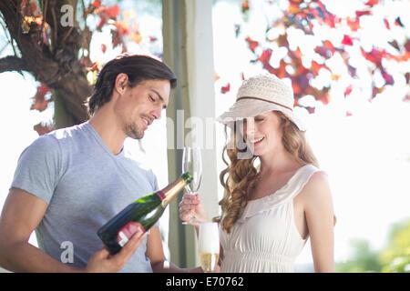 Paar im Garten Weinbar Champagner trinken - Stockfoto
