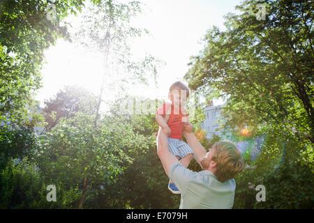 Vater hält kleinen Sohn im park - Stockfoto