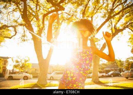 Mädchen beim Tanzen in Scuba Schutzbrille im Garten - Stockfoto