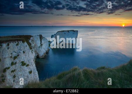 Sonnenaufgang über der weißen Klippen und Harry Felsen am Studland, Isle of Purbeck, Jurassic Coast, Dorset, England - Stockfoto