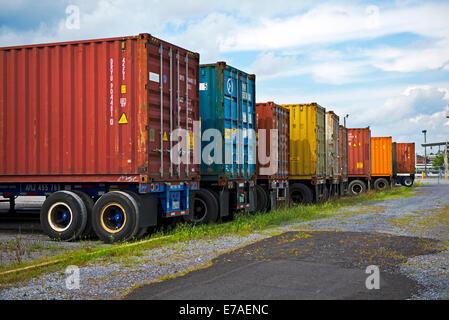 ... Bunte Shipping Container Auf LKW Montiert Und Fertig Zum Transport In  Kingsport Tennessee   Stockfoto