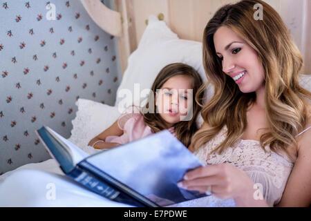 Mutter Lesung Gutenachtgeschichte zu ihrer Tochter (4-5) - Stockfoto
