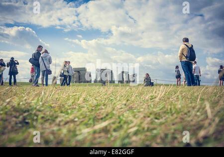 Vereinigtes Königreich, England, Wiltshire, Stonehenge, Touristen - Stockfoto