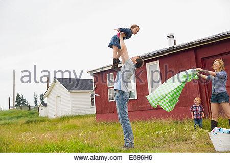 Familie im ländlichen Bereich spielen - Stockfoto
