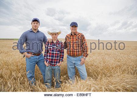 Porträt des mehr-Generationen-Männer im Weizenfeld - Stockfoto