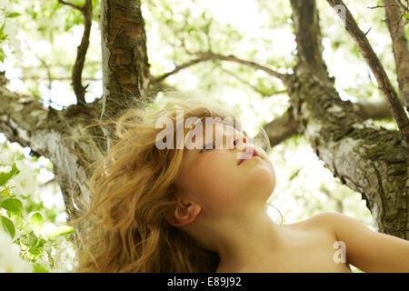 Mädchen-Kletterbaum - Stockfoto