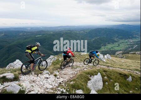 drei Mountainbiker betrachten, Vipava-Tal, Istrien, Nanos, Slowenien - Stockfoto