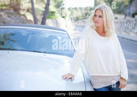 Frau neben ihr Cabrio - Stockfoto
