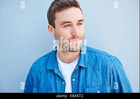 Nahaufnahme von Mann in Jeanshemd - Stockfoto