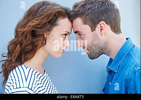 Nahaufnahme eines Paares Stirn an Stirn - Stockfoto