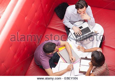 Business-Leute sitzen in der Kabine mit einem Treffen - Stockfoto